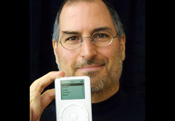 2001-First-iPod-steve-jobs
